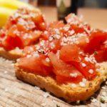Toast s krájenými rajčátky a konopnými semínky